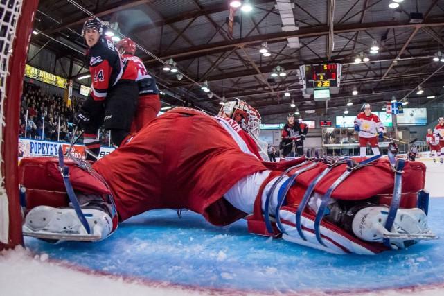 Maxime Comtois a glissé la rondelle entre les... (Photo Vincent Ethier, LHJMQ Média)