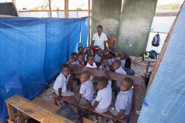 Des enfants vont en classe dans une école... (La Presse Canadienne, Paul Chiasson)