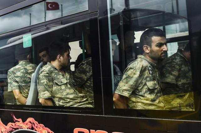 Des soldats turcs accusés d'avoir pris part au... (photo v, archives AFP)