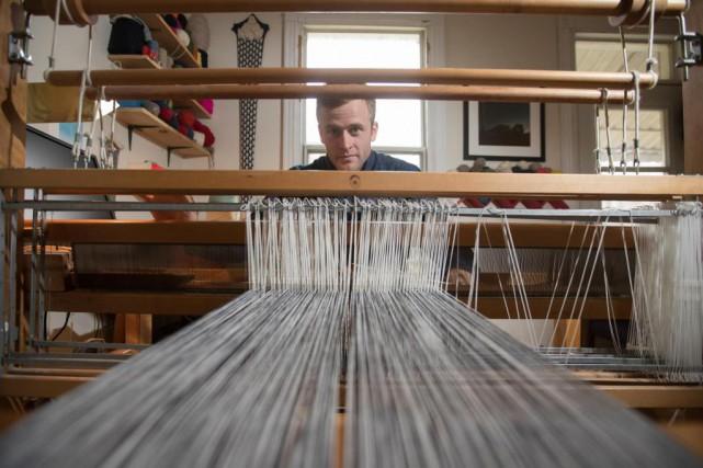 Le tisserand Alec Sutherland a commencé le tricot... (photoIVANOH DEMERS, LA PRESSE)
