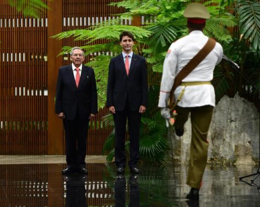 Le président cubain Raul Castro et le premier... (PHOTO SEAN KILPATRICK, LA PRESSE CANADIENNE)