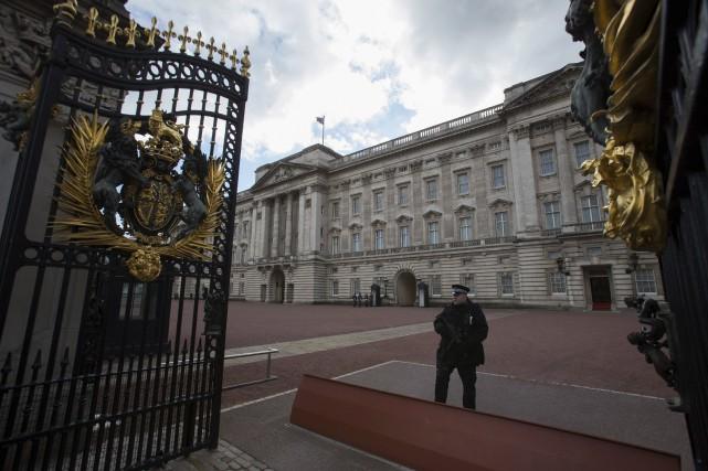 Un policier montait la garde devant le palais... (AFP, Daniel Leal-Olivas)