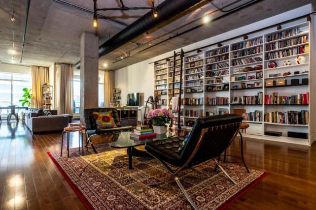 Dans la section boudoir trône une monumentale bibliothèque... (Photo fournie par RE/MAX)