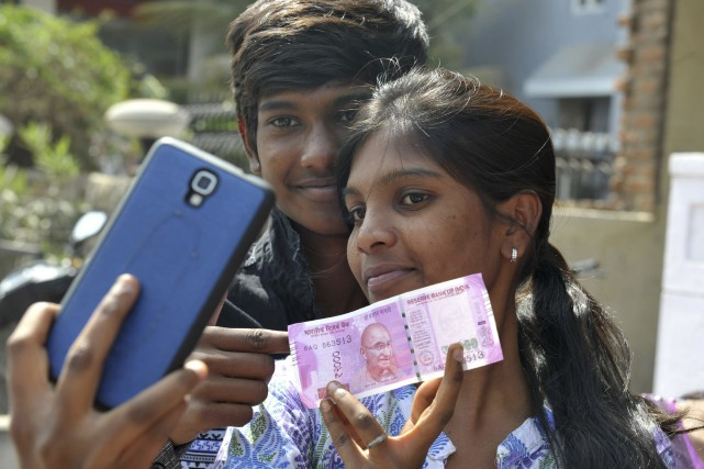 Un jeune couple indien se prend en photo... (AFP)