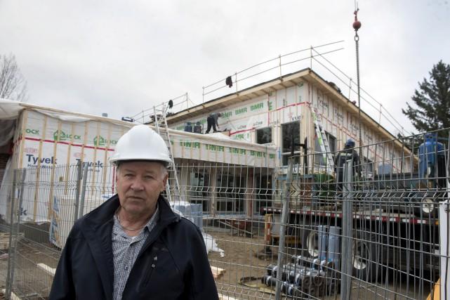 Laurent Lavergne pose devant le chantier d'agrandissement du... (Stéphane Lessard)