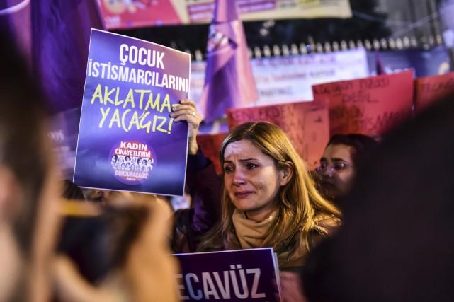 Une femme pleure près d'un signe sur lequel... (AFP)