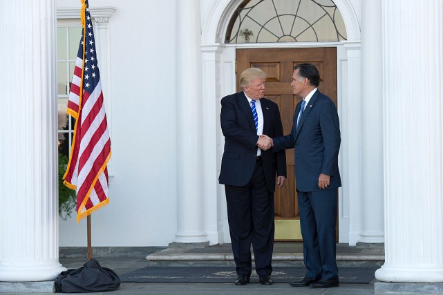 Mitt Romney s'est entretenu avec Donald Trump au club... (PHOTO DON EMMERT, AFP)