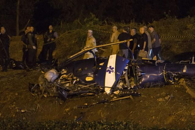Quatre policiers de Rio sont morts samedi dans l'écrasement de leur hélicoptère... (Photo AP)
