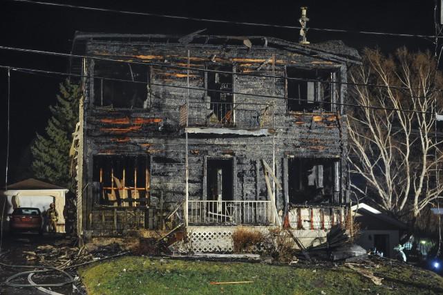 Un violent incendie a complètement rasé une résidence... (Le Progrès-Dimanche)