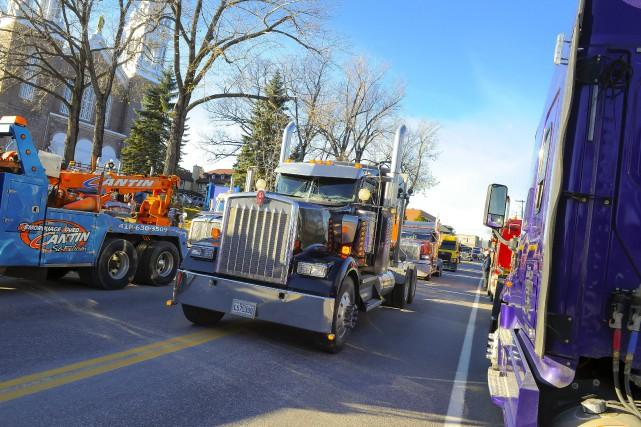 Des dizaines de camionneurs indépendants ont manifesté dans... (Photo Le Progrès-Dimanche, Gimmy Desbiens)
