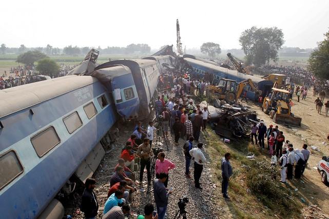 Les 14wagons de l'express Indore-Patna sont sortis de... (PHOTO JITENDRA PRAKASH, REUTERS)