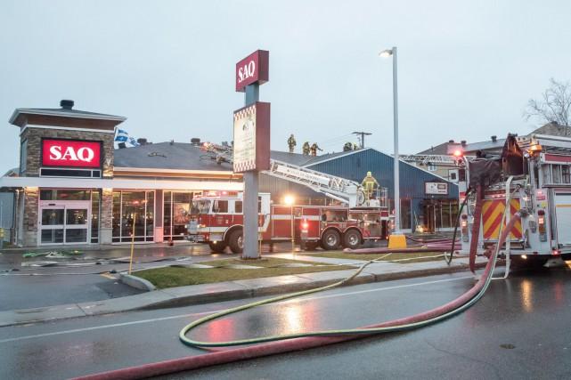La quarantaine de pompiers appelés au2190, avenue Larue,... (Collaboration spéciale Steve Jolicoeur)