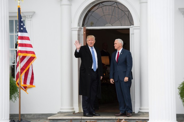 Accompagné de Mike Pence, Donald Trump a rencontré des... (PHOTO DON EMMERT, AFP)