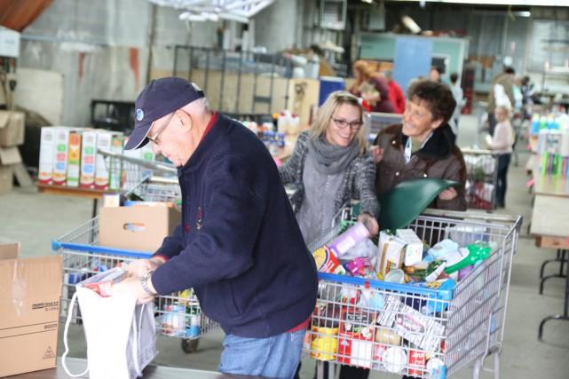 Les bénévoles étaient à pied d'oeuvre pour trier... (Janick Marois)