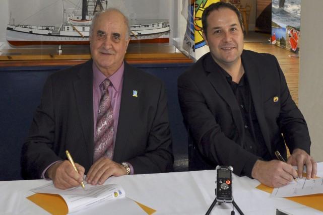 Le maire de Tadoussac, HuguesTremblay, et le chef... (fournie par la Première Nation des Innus Essipit)