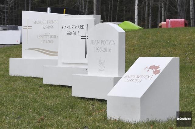 Les pierres tombales sont fabriquées en un seul... (Photo Le Quotidien, Michel Tremblay)