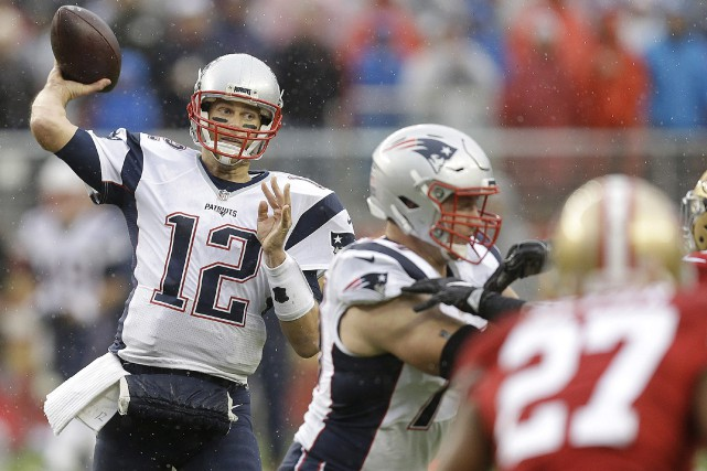 Tom Brady a récolté 280 verges de gains et a lancé quatre passes de touché,... (Photo AP)