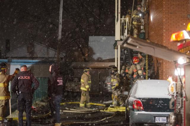 Un incendie a lourdement endommagé un duplex de Sherbrooke dimanche soir. (Spectre Média, Julien Chamberland)