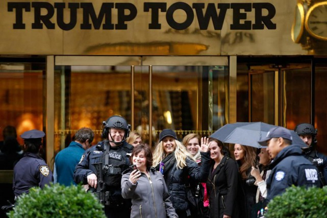 À l'extérieur de la Tour Trump, les touristes... (Photo Kathy Willens, Archives Associated Press)