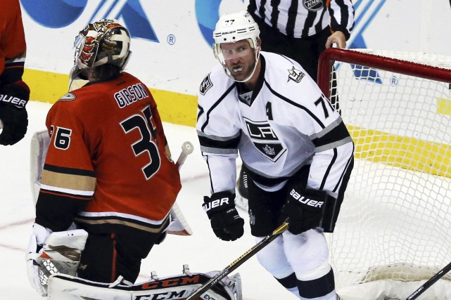Jeff Carter a déjoué le gardien des Ducks... (Photo Reed Saxon, AP)