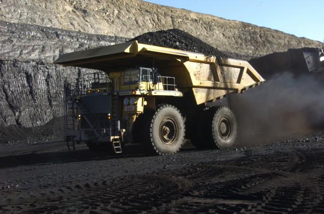 Un camion transporte du charbon sur le site... (Archives AP)