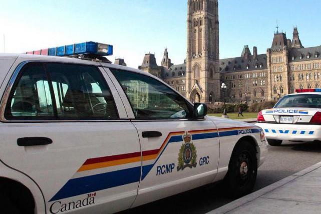 Des voitures de la GRC devant le parlement... (Le Droit, Étienne Ranger)