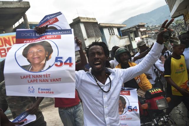 Des partisans de Maryse Narcisse, candidate duparti Fanmi... (PHOTO AFP)