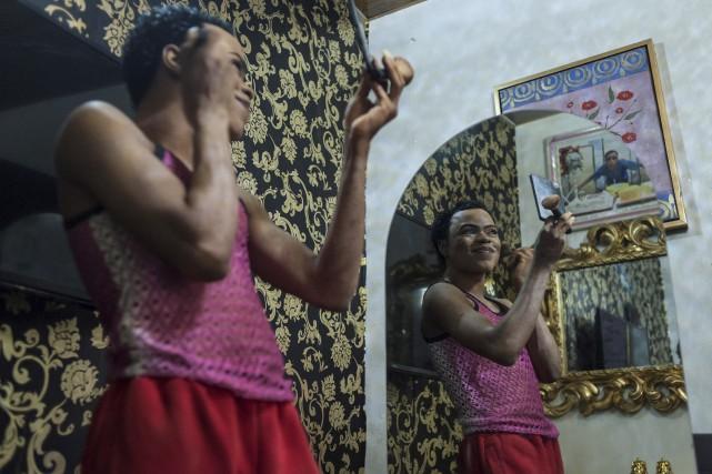 Okuneye Idris Olarenwaju,le «Barbie africain», est une vedette... (AFP, Stefan Heunis)