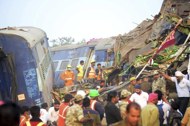 Le déraillement de train survenu tôt dimanche matin... (AFP, Sanjay Kanojia)