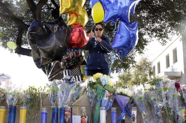 Une femme place des ballons sur un mémorial... (AP, Eric Gay)
