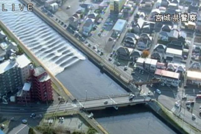 Un tsunami de 1,4 m a également été... (PHOTO AP)