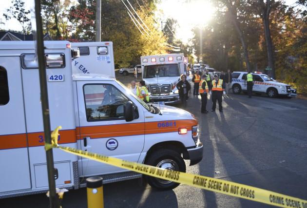 Des équipes d'urgence sont à l'oeuvre près de... (AP, Angela Lewis Foster)