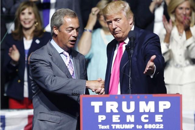 Le Britannique Nigel Farage (à gauche) fait une... (photo Gerald Herbert, archives AP)
