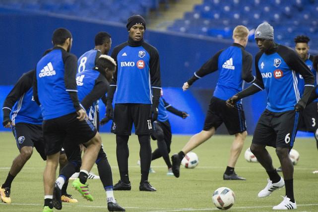 Didier Drogba (au centre) et les joueurs de... (Photo Graham Hughes, PC)