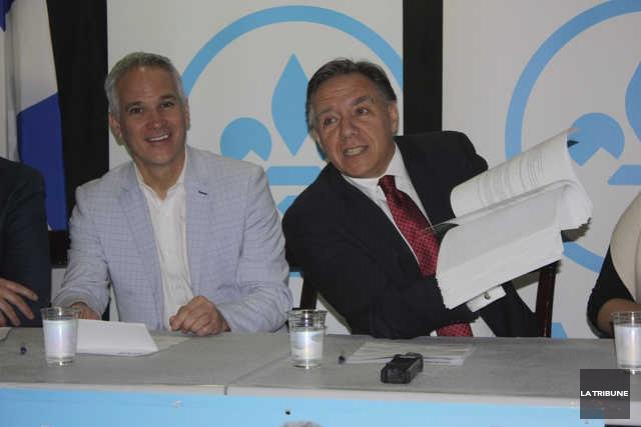 Accompagné du candidat caquiste dans Arthabaska, Éric Lefebvre,François... (La Tribune, Yanick Poisson)