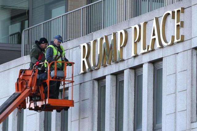 Mercredi, des ouvriers ont retiré les lettres formant... (PhotoSeth Wenig, Associated Press)