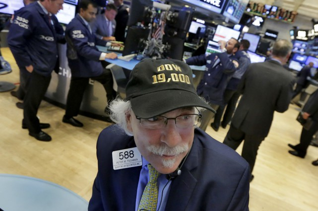 Le Dow Jones a dépassé les 19 000 points... (AP, Richard Drew)