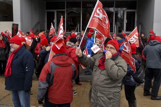 Plusieurs dizaines de fonctionnaires ont bruyamment manifesté mardi... (Francois Gervais)