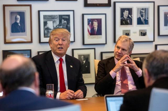 Donald Trump est assis aux côtés du directeur... (PHOTO AP)