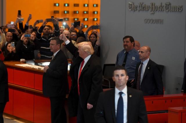 Le président désigné, Donald Trump, salue la foule... (AFP, Timothy A. Clary)