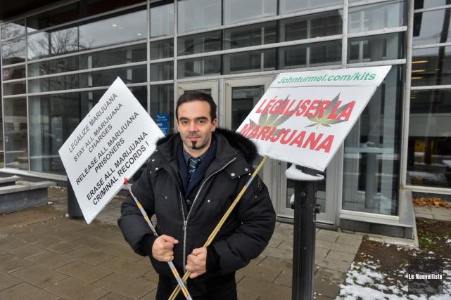 Maxime Gauthier est un militant pro-marijuana qui accompagnait... (François Gervais, Le Nouvelliste)