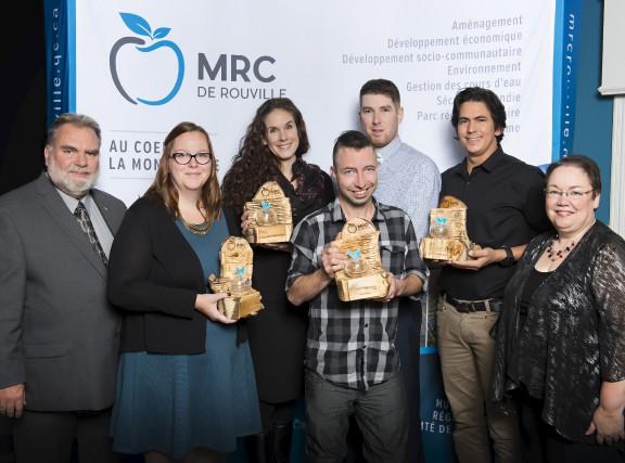 Les lauréats sont ici entourés de Jacques Ladouceur,... (fournie par la MRC de Rouville)