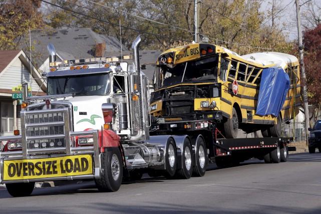 L'autobus qui transportait 35élèves de la maternelle à... (AP, Mark Humpfrey)