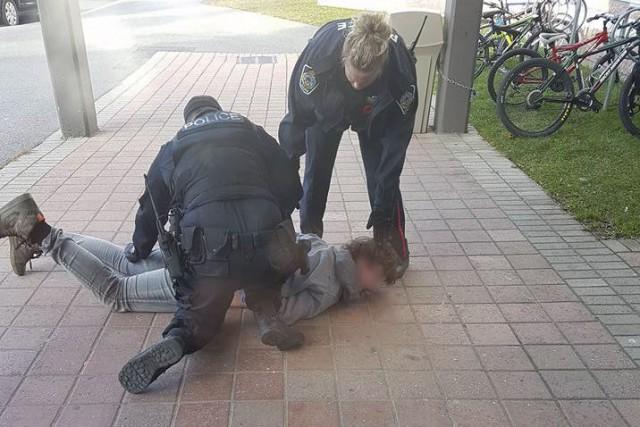 La police soutient que l'adolescent a craché sur... (Image tirée de Facebook)