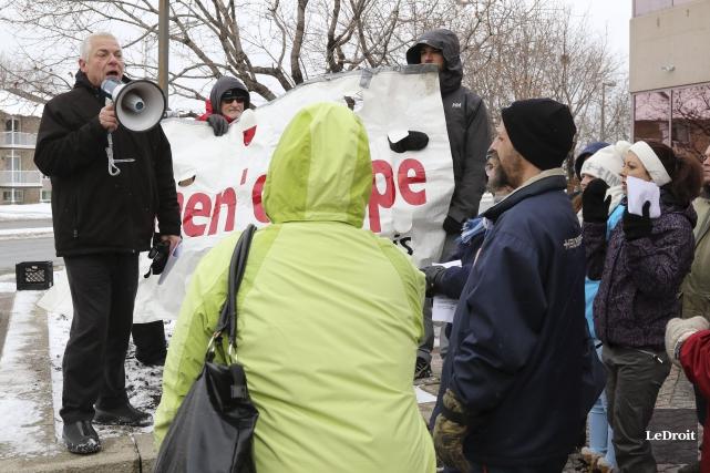 Quelques dizaines de manifestants se sont réunis devant... (Patrick Woodbury, Le Droit)