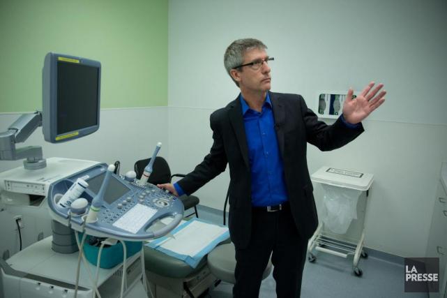 Le directeur médical de la clinique, le DrWilliam... (Martin Chamberland, archives La Presse)