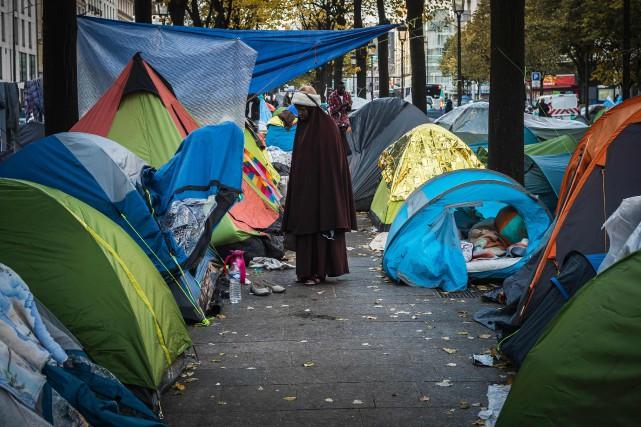 Un camp de fortune s'est formé près de... (PHOTO LIONEL BONAVENTURE, AGENCE FRANCE-PRESSE)