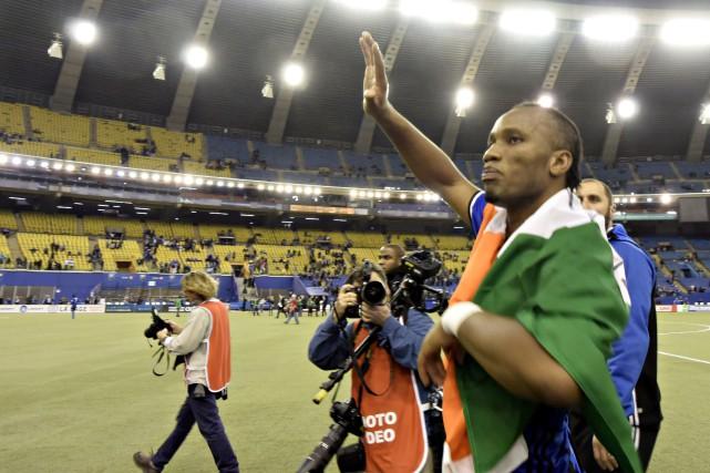 Didier Drogba a salué la foule après la... (Bernard Brault, La Presse)