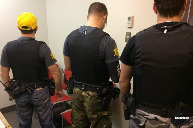 À Chicoutimi, les constables spéciaux ont revêtu t-shirt,... (Photo Le Quotidien, Stéphane Bégin)