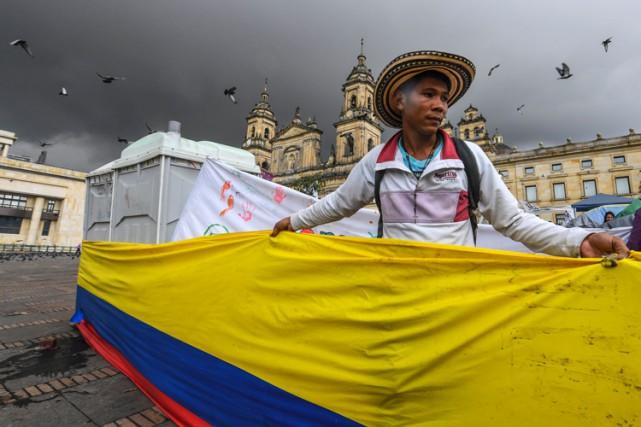 Un homme participe à une manifestation demandant la... (PHOTO AFP)